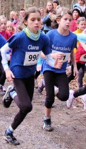 Kreismeisterinnen 2013 im Waldlauf: Franzika und Clara