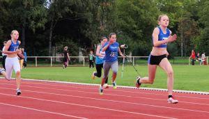 Überlegener Sieg im Sprint: Helen Fischer, vor Annika Bode (li) und Chiara Roth