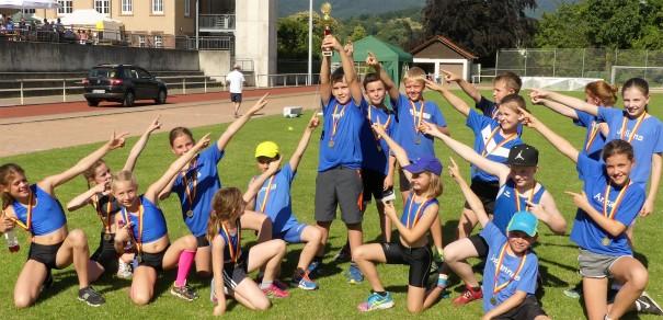 U12 Team mit Siegerpokal